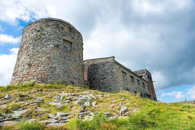 Ancien château au sommet de la montagne verte