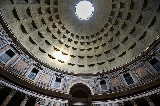 Ancien chef-d'œuvre architectural du panthéon à rome, en italie. panorama de l'intérieur intérieur. dôme. rome, italie
