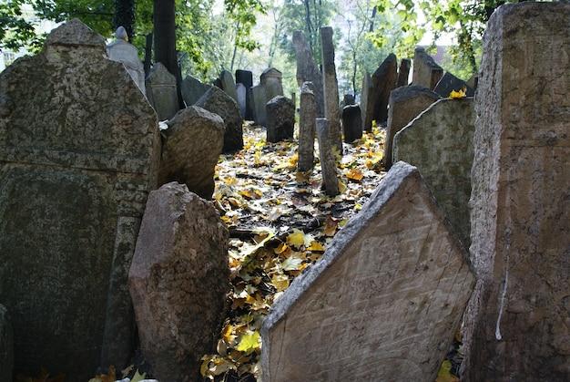 Ancien cimetière juif historique avec des tombes de roche à prague et des monuments brisés