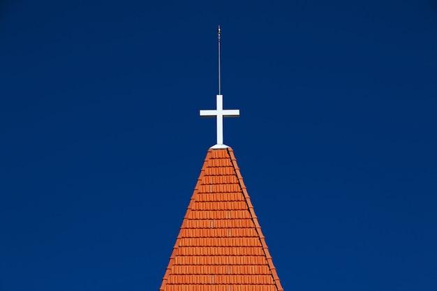 Ancien clocher de l'église sur ciel bleu