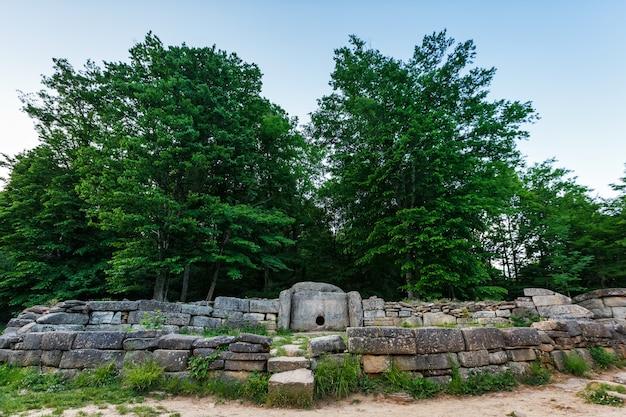 Ancien dolmen carrelé dans la vallée de la rivière jean. monument de l'archéologie structure mégalithique
