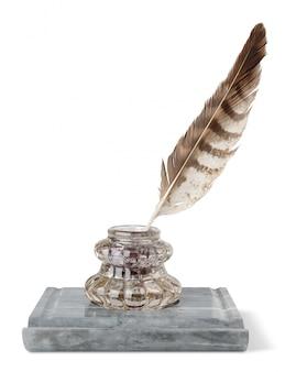 Ancien encrier en marbre et plume isolé