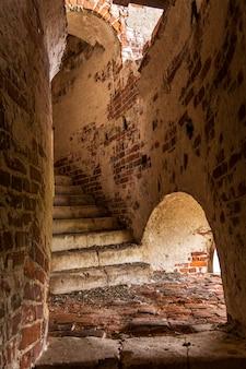 Ancien escalier en brique dans le clocher.