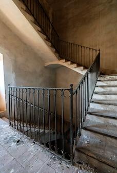 Ancien escalier avec garde-corps en métal