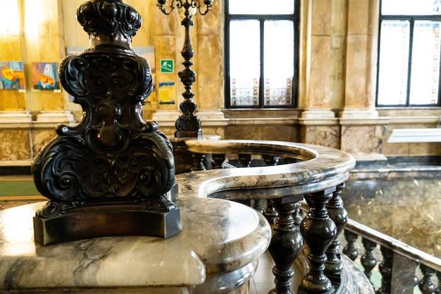 Ancien escalier en marbre marmoréen vintage avec balustres à la lumière du jour