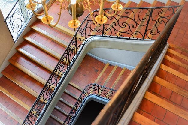 Ancien escalier tordu vue de dessus vers le bas