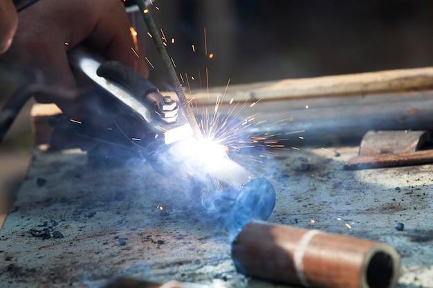 Ancien garage avec de vieux outils dans lequel la construction métallique est soudée, activités commerciales illégales artisanales dangereuses pour la vie et la santé