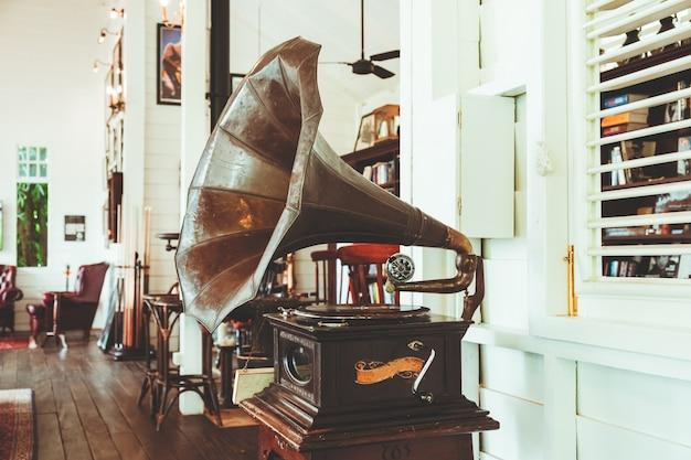 Ancien gramophone pour la décoration dans une maison ancienne. effet de couleur de couleur vintage.