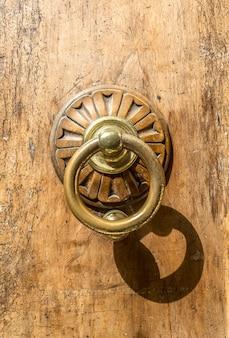 Ancien heurtoir de porte en métal gros plan
