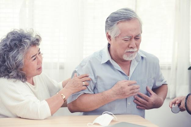 Ancien homme asiatique souffrant de maux avec sa femme