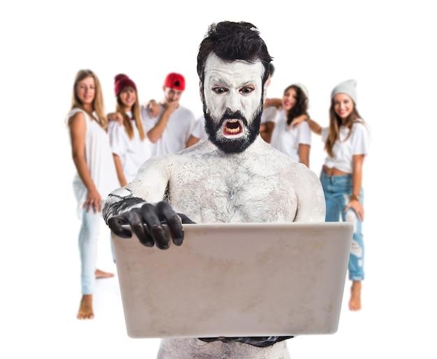 Ancien homme civilisation avec ordinateur portable