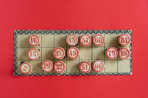 Ancien jeu de loto de table avec des éléments en bois.
