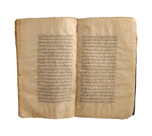 Ancien livre arabe ouvert sur fond blanc. vieux manuscrits et textes arabes