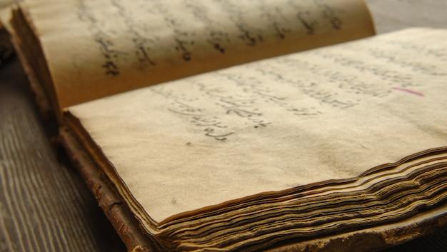 Ancien livre ouvert en arabe. vieux manuscrits et textes arabes