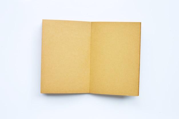 Ancien livre ouvert isolé sur blanc. copier l'espace