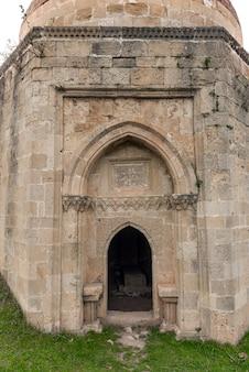 Ancien mausolée et cimetière, yeddi gumbez komplex , ville de shamakhi, azerbaïdjan