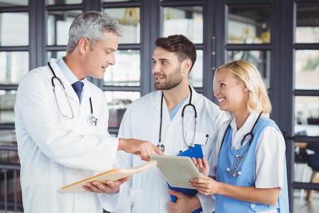 Ancien médecin discutant avec des collègues en position debout