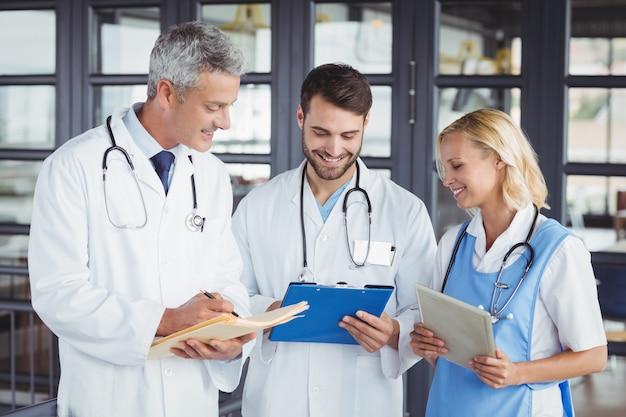 Ancien médecin discutant avec des collègues