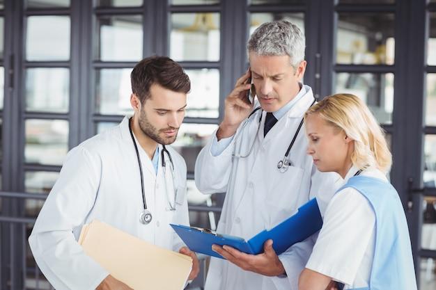 Ancien médecin travaillant avec des collègues