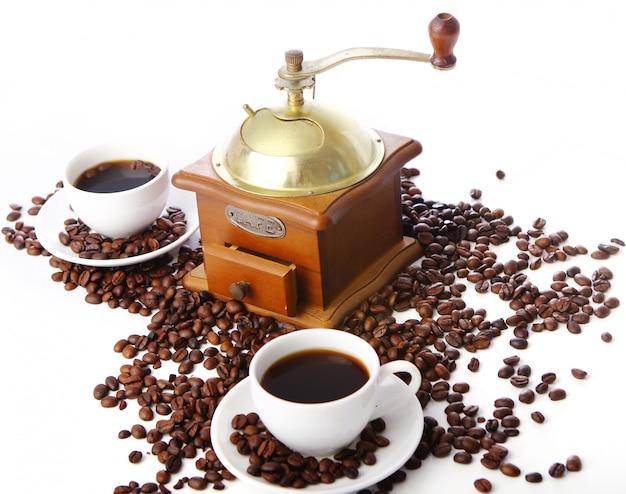 Ancien moulin à café avec tasse blanche