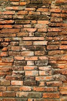 Ancien mur de briques extérieur du temple wat phra si sanphet dans le parc historique d'ayutthaya en thaïlande