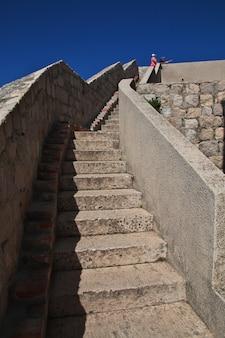 L'ancien mur de la forteresse dans la ville de dubrovnik sur la mer adriatique, croatie