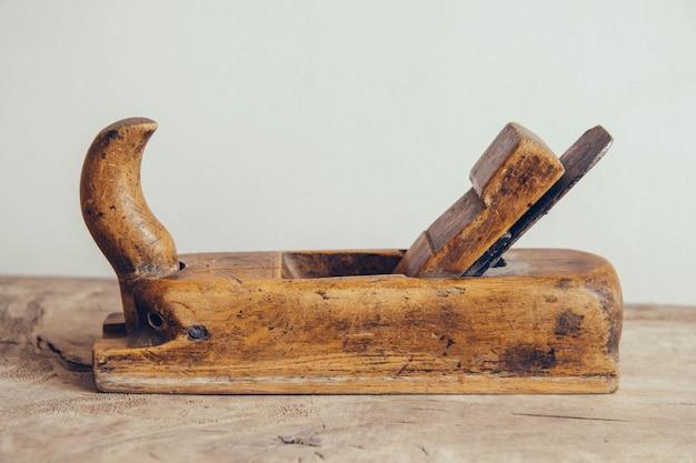 Ancien outil à main de menuiserie sur un établi en bois fond plat