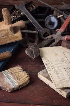Ancien outil vintage sur la vieille table en bois. concept de la fête des pères