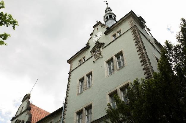 Ancien palais avec stuc, horloge et armoiries à uzhgorod, ukraine