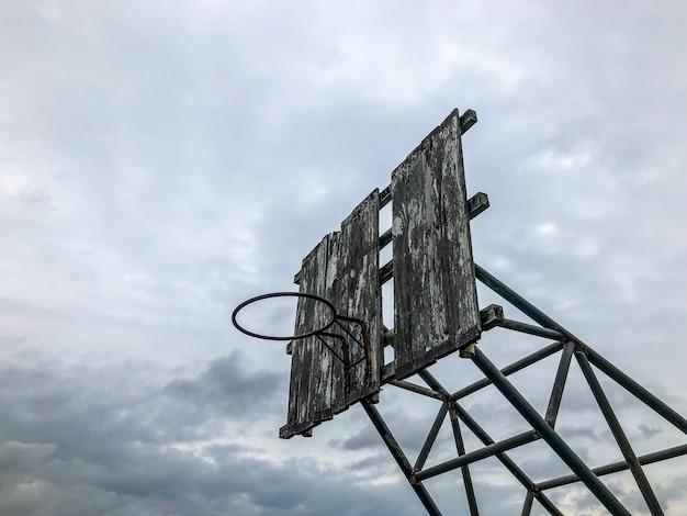 Ancien panier de basket extérieur défectueux
