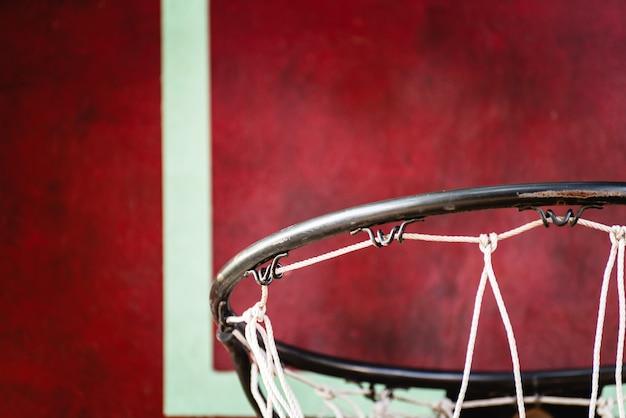 L'ancien panneau de basket-ball en plein air. avoir du rouge et du vert et un filet de basket défectueux, avec espace de copie