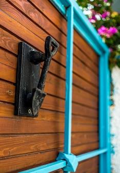 Ancien pommeau de porte en forme de pelle