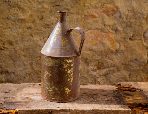 Ancien pot en fer rouillé avec laiton vieilli sur bois vintage