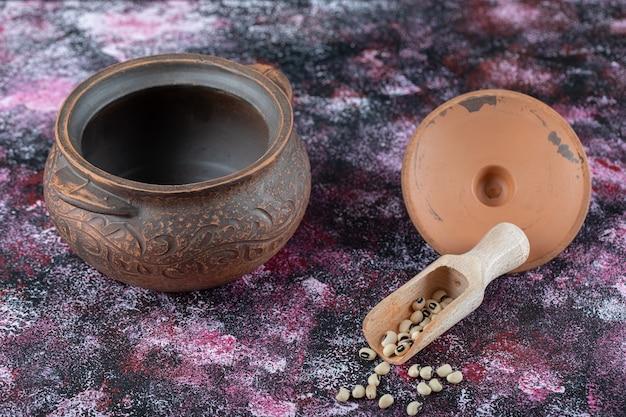 Ancien pot avec des haricots.