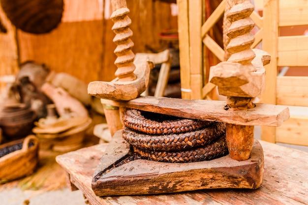 Ancien presse pour l'huile de bois végétal.