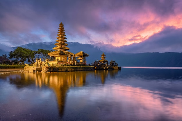 Ancien reflet du temple pura ulun danu bratan avec ciel coloré au lever du soleil