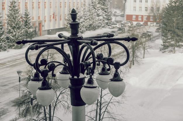 Ancien réverbère. paysage de la ville d'en haut. hiver