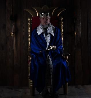 Ancien roi sur le trône sur fond sombre