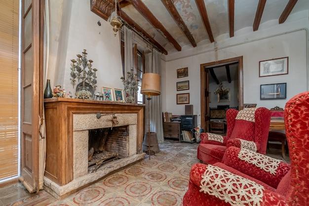 Ancien salon avec cheminée de la vieille maison