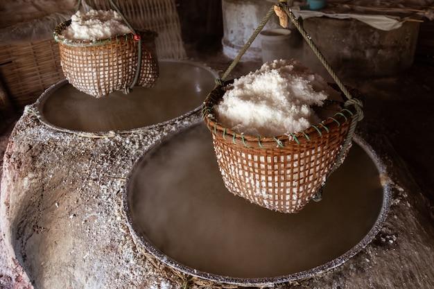 Ancien sel en ébullition, sel de roche de saumure sur une montagne dans le district de boklua, province de nan