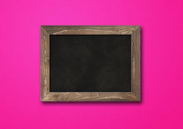 Ancien tableau noir rustique isolé sur fond rose. modèle de maquette horizontale vierge