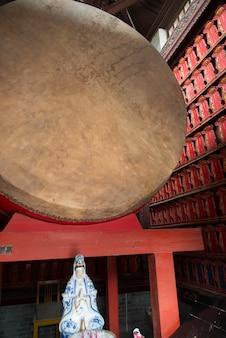 Ancien tambour et statue religieuse à la pagode de l'oie sauvage géante, xi'an, shaanxi, chine.