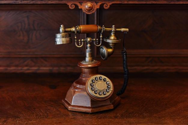 Ancien téléphone filaire en fer et bois, ancien, sur bois