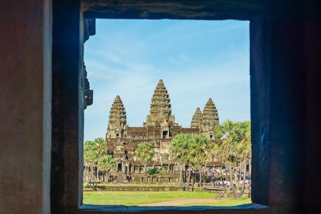 Ancien temple angkor wat de l'autre côté du lac, siem reap, cambodge