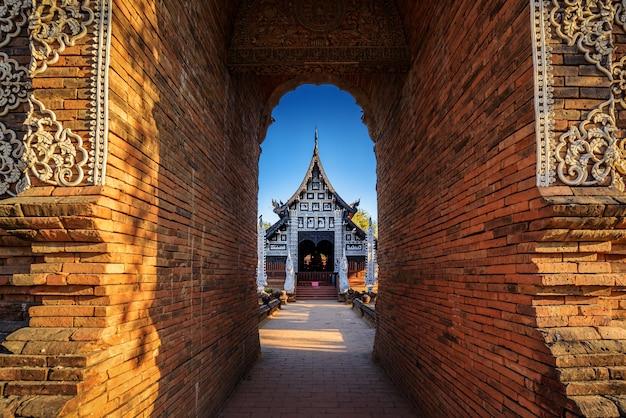 Ancien temple bouddhiste en bois de wat lok molee, thaïlande