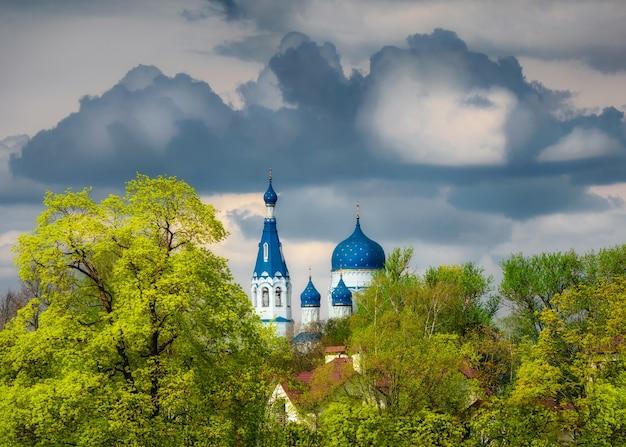 Ancien temple chrétien au printemps orageux. cathédrale saint-basile dans le centre historique de gatchina. russie.