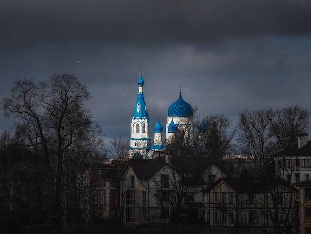 Ancien temple chrétien en journée de printemps sombre. cathédrale saint-basile dans le centre historique de gatchina. russie.