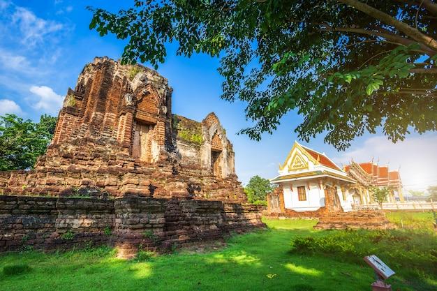 Ancien temple pagode bouddhiste cassé construit en briques rouges et pierres