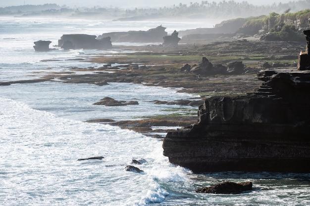 Ancien temple pura batu bolong sur les montagnes rocheuses au littoral