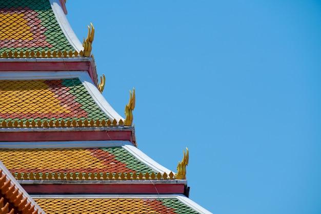 Ancien toit de temple thaïlandais et ciel bleu